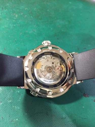 オリス ワールドタイマー 7494 シルバー文字盤 自動巻き ブレス メンズ腕時計のご紹介です。 中心の時間がローカルタイムを表し、3時のインダイアルがホームタイムを表します。ローカルタイムは4時側面と8時側面にあるプッシュボタンを押すことで調整が可能です。